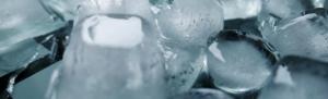 Eis im Getränkekühlschrank mit Gefrierfach